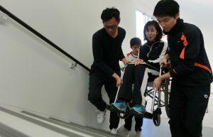 車椅子の階段での介助方法